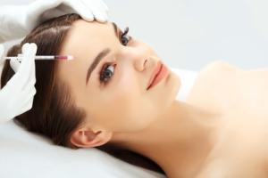 Bei den ästhetischen Behandlungen spielt die Chirurgie, z.B. als ästhetische Chirurgie oder sogen. kosmetische Chirurgie, eine wichtige Rolle.
